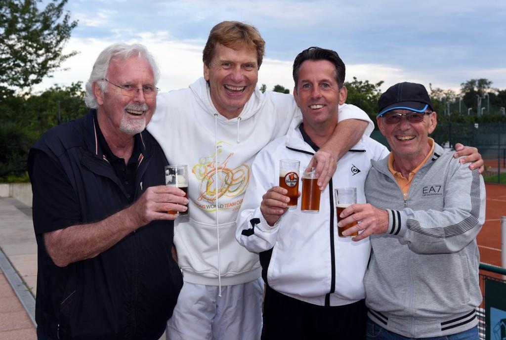 Anstoßen auf ein gelungenes Turnier: (v.l.) Günter Borgers, Dietloff von Arnim, Dirk Schaper und Peter Köhler (Fotos: Horst Ossinger)