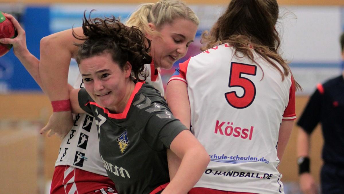 Sina Meyer Im Zweikampf Mit Zwei Spielerinnen Des TV Lobberich (Foto: JSG TVK/ART)