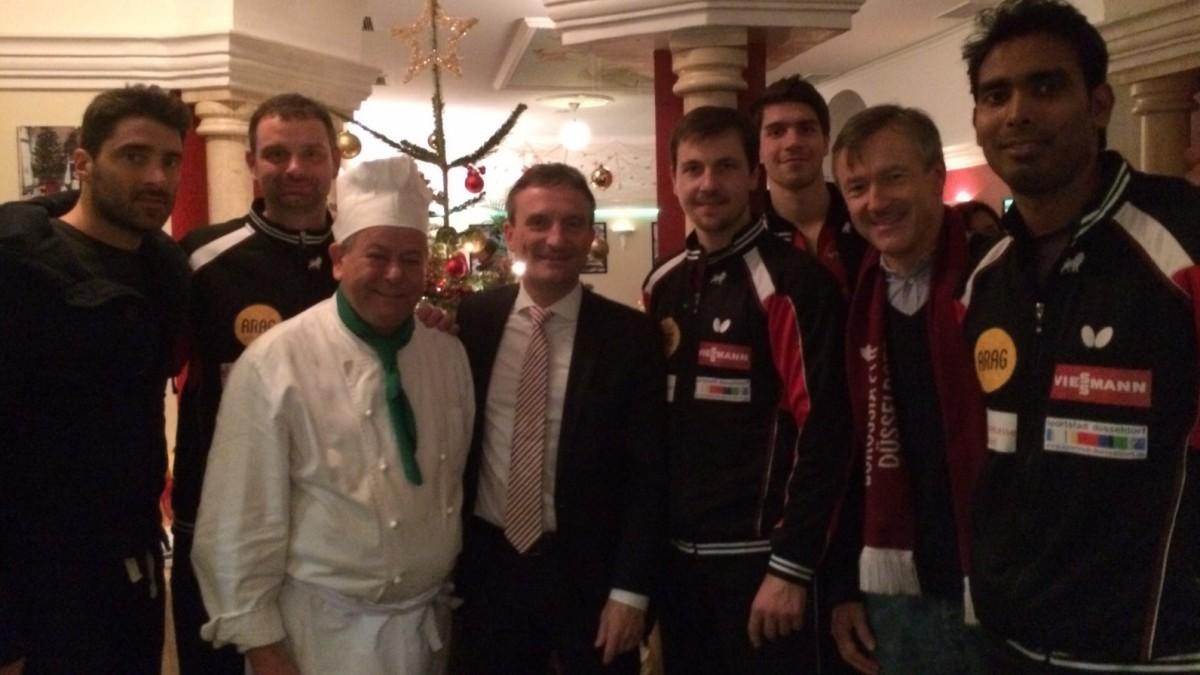 Oberbürgermeister Thomas Geisel, Lino Palmieri (Inhaber Amalfi) Sowie Die Mannschaft Von Borussia Düsseldorf.