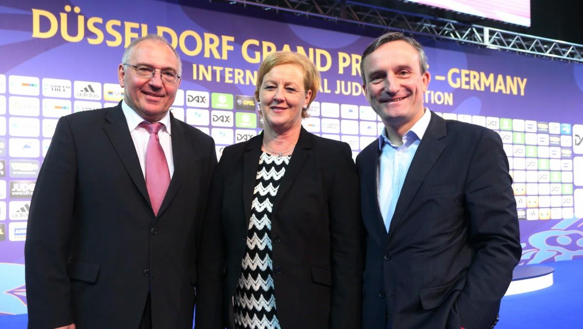 Das Bild Zeigt DJB-Präsident Peter Frese, DJB-Vize-Präsidentin Michaela Engelmeier Und Düsseldorfs Oberbürgermeister Thomas Geisel