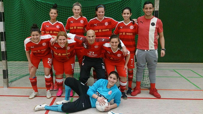 Hinten V.l.n.r.: Germaine Wilbath, Helena Günther, Janine Stam, Siham El-Aradi, Co-Trainer Yassine El-Abduli. Vorne: Emine Jašar, Cennet Bakioska, Trainer Sascha Mirza, Christina Hoffmann. Liegend: Amela Jašar. Es Fehlt: Netnapa Sae-Ueng.