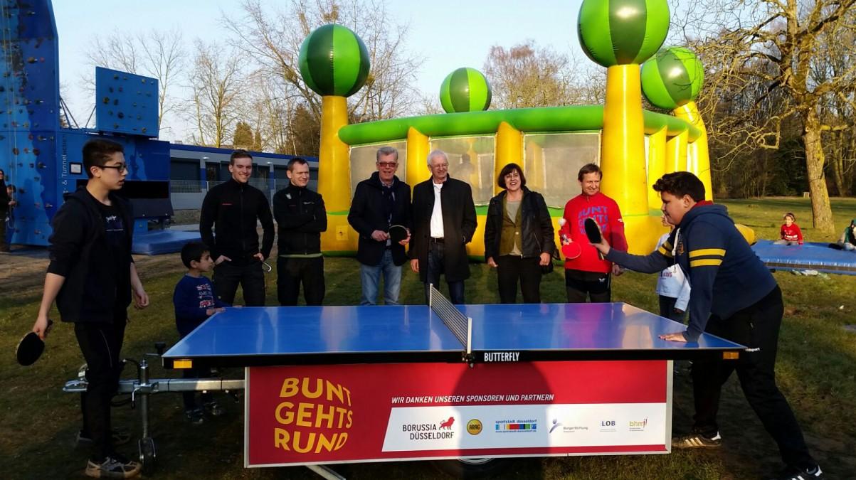 Flüchtlinge (vorne), Artur Zielinski (Stadtsportbund, Hinten, 2.v.l.), Peter Schwabe, Günter Karen-Jungen, Dr. Maria Icking, Wieland Speer (v.l.n.r.). (Foto: Borussia Düsseldorf)