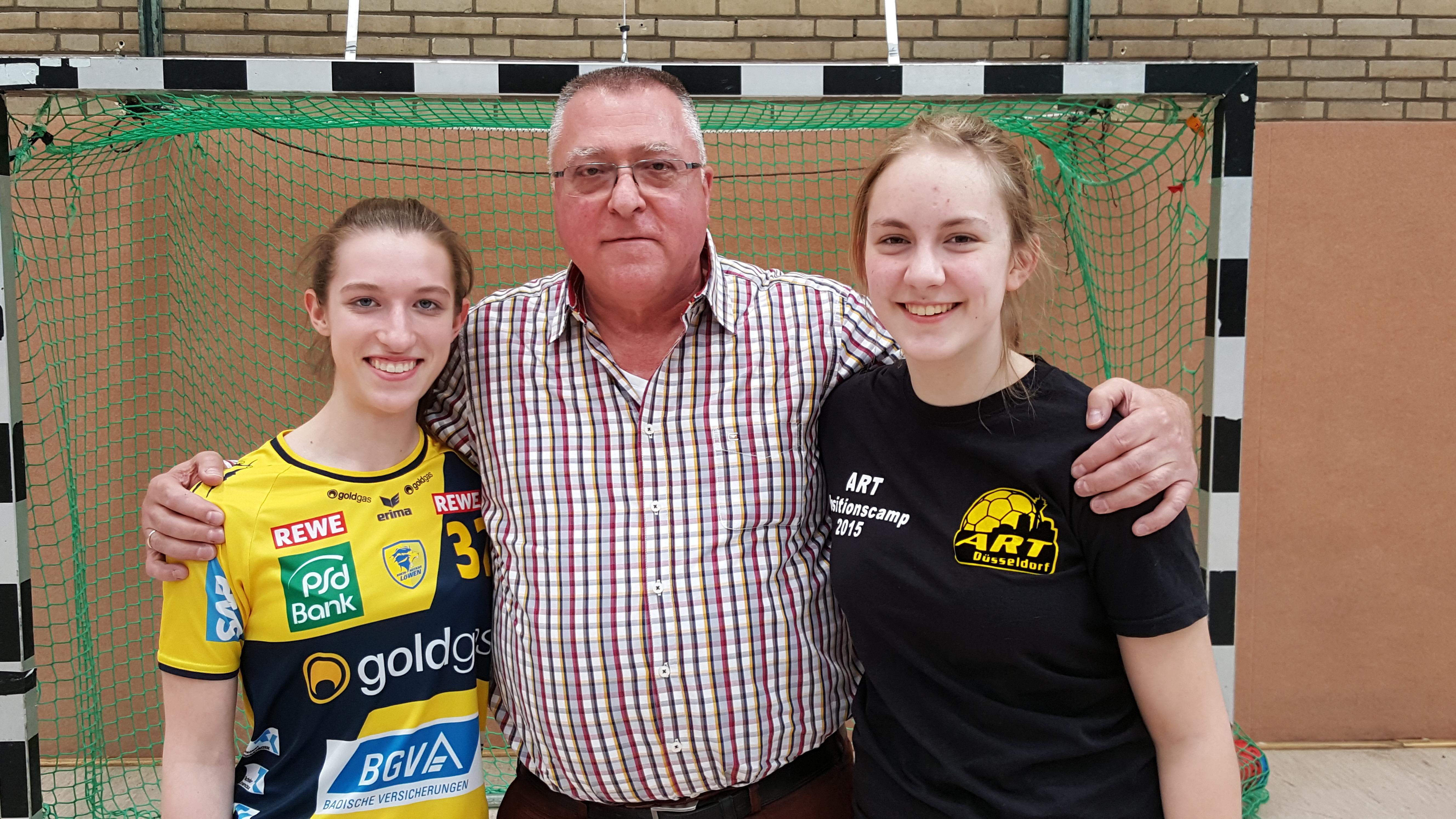 Dieter vom Dorff mit Spielführerin Nele Mantyk (links) und Co-Spielführerin Enya Fritz (rechts)