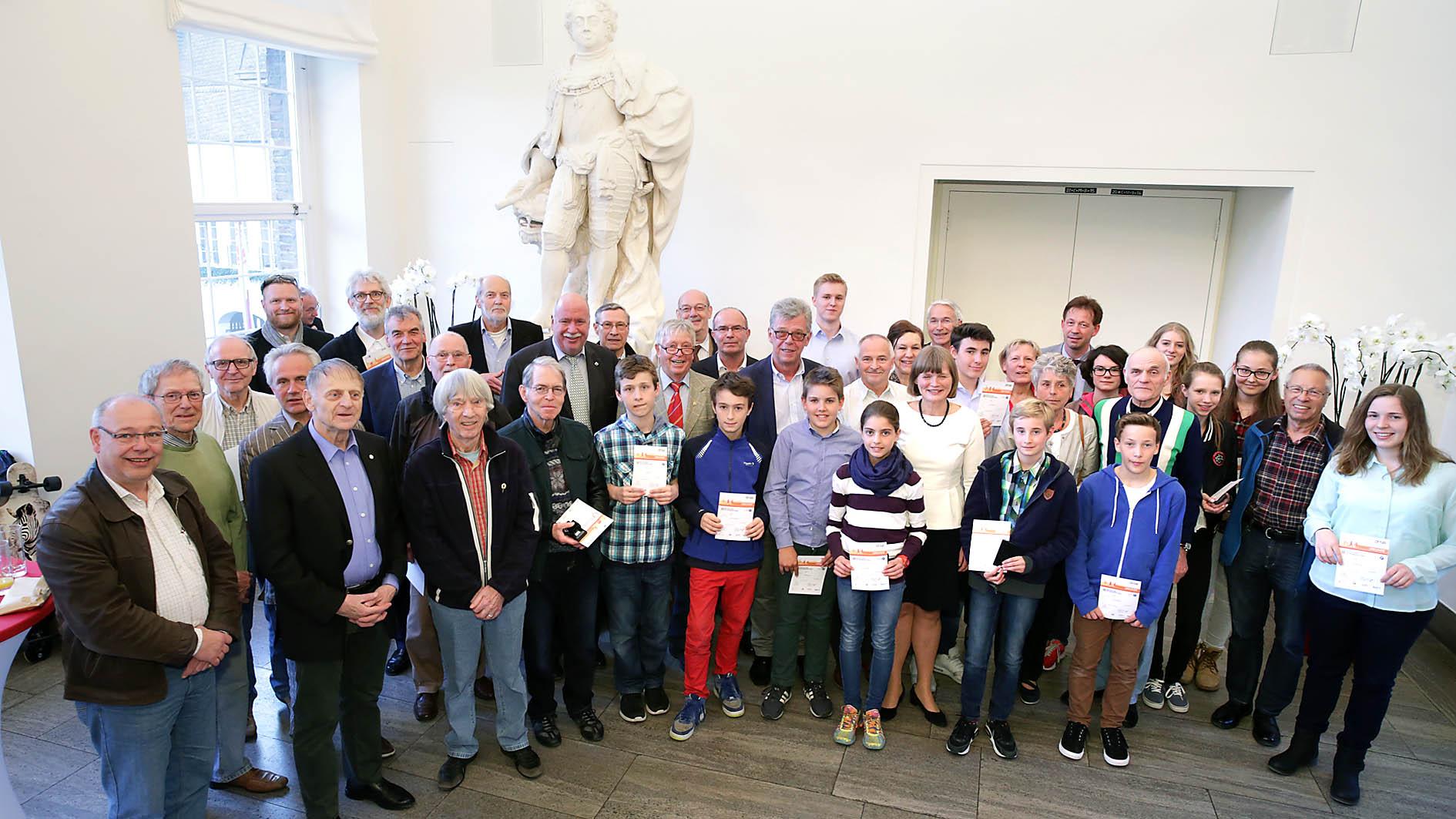 Bürgermeisterin Klaudia Zepuntke Ehrt Träger Des Goldenen Sportabzeichens (Foto: Landeshauptstadt Düsseldorf, Ingo Lammert)