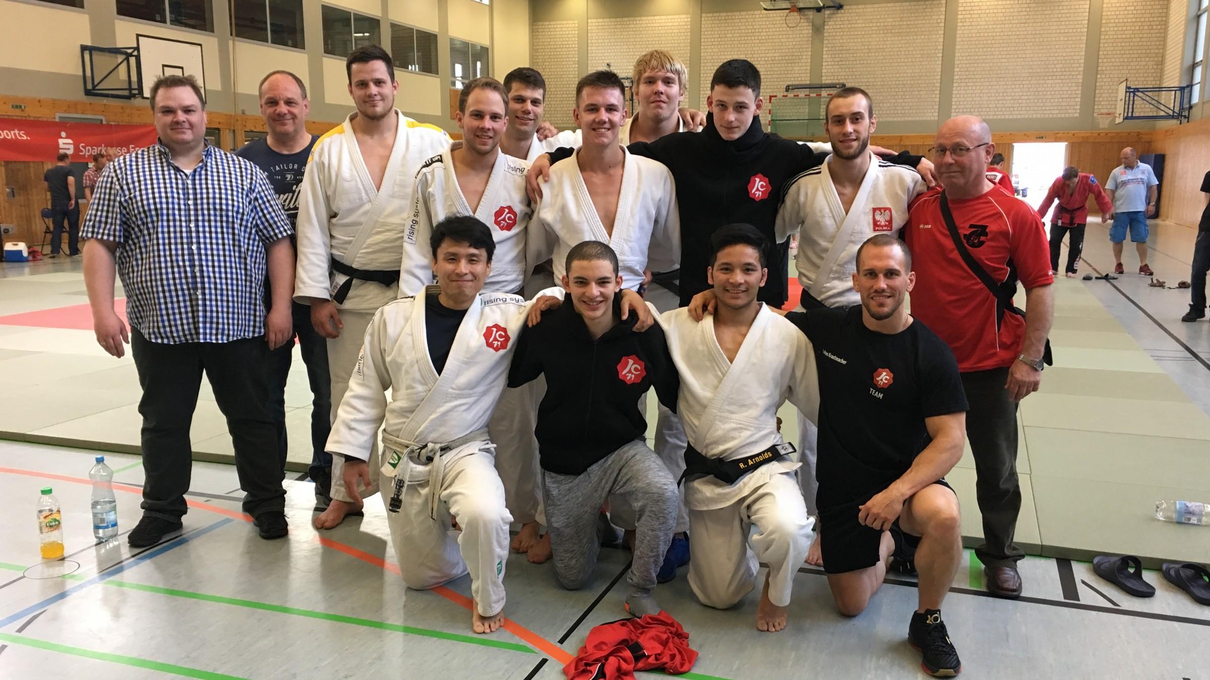 Die Mannschaft Am Ersten Kampftag, Trainer Lukas Krautmacher, Stefan Brenger Und Edmund Schulz Und Einige Unterstützer Des Teams
