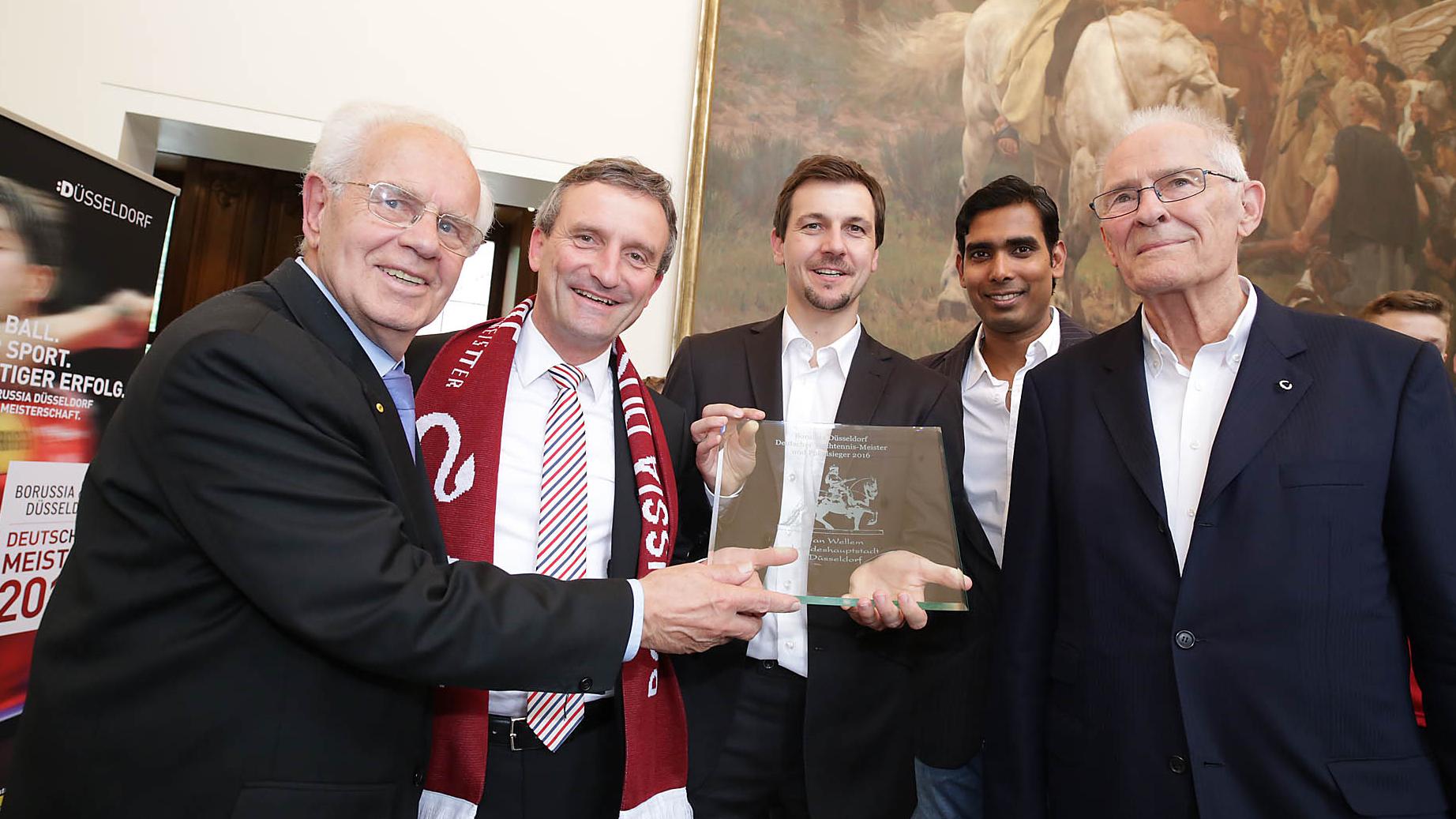 V.l.n.r.: Dr. Fritz Wienke, OB Thomas Geisel, Timo Boll, Kamal Achanta, Hans Wilhelm Gäb (Foto: Landeshauptstadt Düsseldorf/Ingo Lammert)