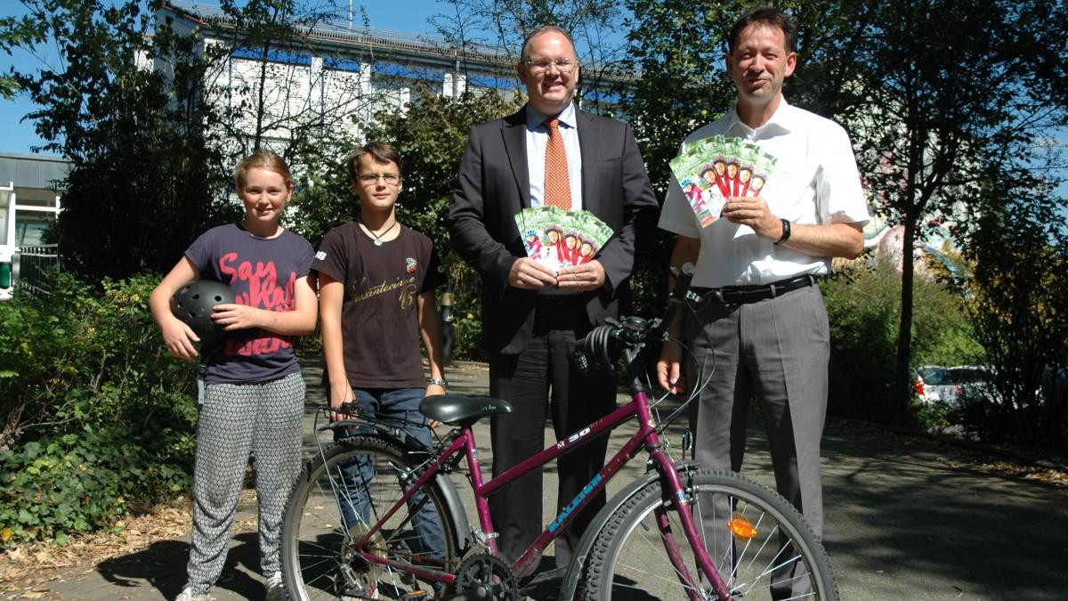 Foto (v.l.n.r.): Eileen Palm, Tas Van Cuyck, Harald Christ, Stadtdirektor Burkhard Hintzsche