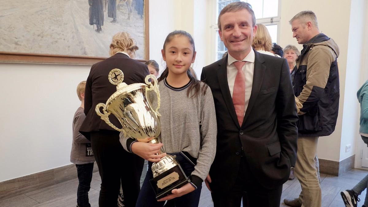Oberbürgermeister Thomas Geisel Und Siegerin Carla Albuera Vom Gymnasium Am Poth (Foto: Landeshauptstadt Düsseldorf/Michael Gstettenbauer)