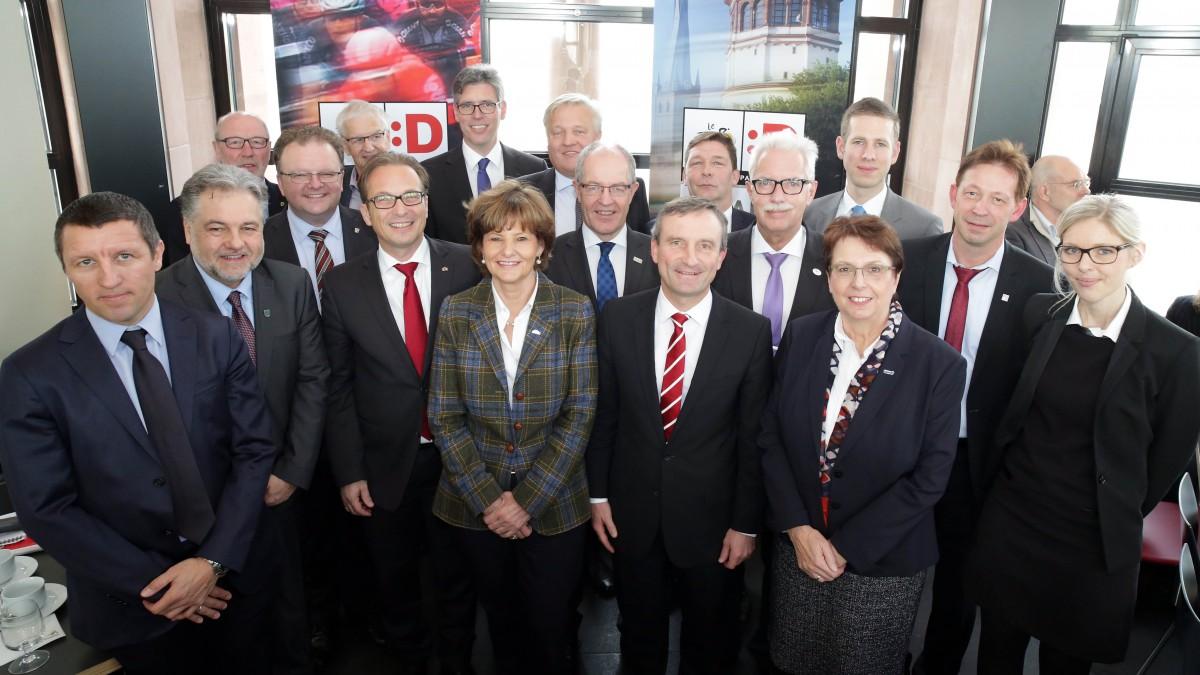 Oberbürgermeister, Landräte, Bürgermeisterinnen Und Bürgermeister Beim Tour-Gipfel Im Düsseldorfer Schlossturm (Foto: Landeshauptstadt Düsseldorf/Ingo Lammert)
