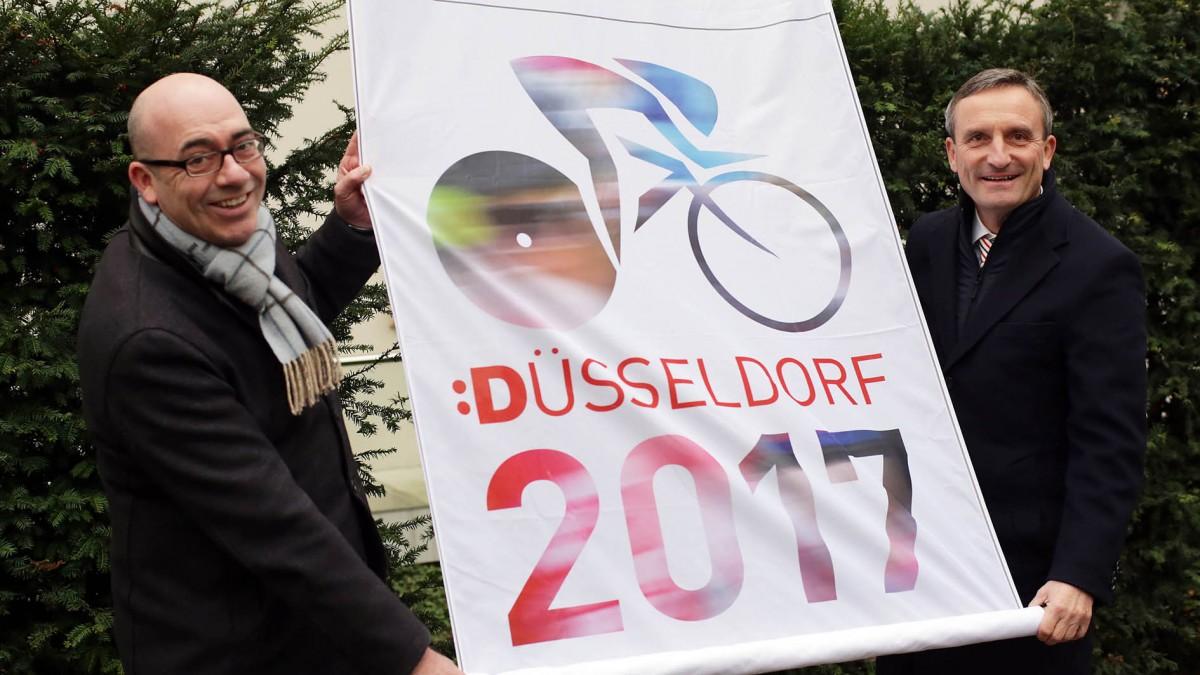 """Hoteldirektor Bertold Reul Und Oberbürgermeister Thomas Geisel Hissen Die """"Team Düsseldorf 2017""""-Flagge (Foto: Landeshauptstadt Düsseldorf/Ingo Lammert)"""