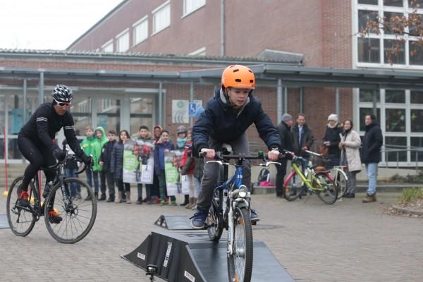 Sven Teutenberg und ein Schüler der Hulda-Pankok-Gesamtschule geben auf einem Hindernisparcours einen Vorgeschmack auf den Petit Départ (Foto: Stadt Düsseldorf/Ingo Lammert)