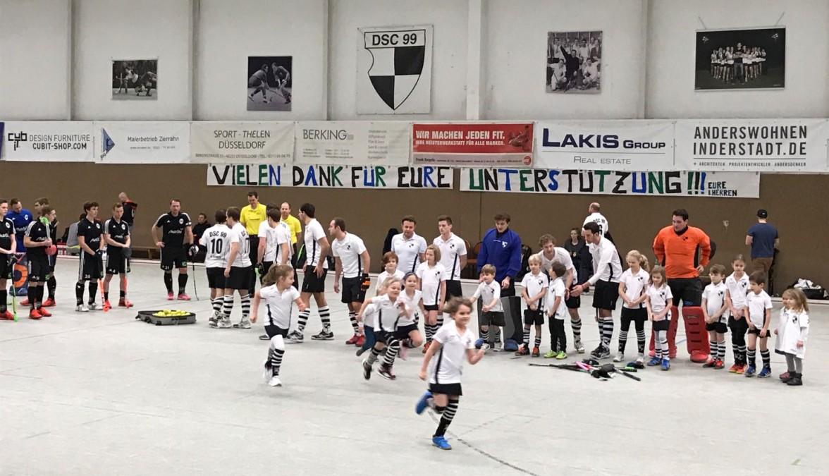 Der Hockey-Nachwuchs Lief Mit Den 1. Herren In Die Halle Ein. Die Mannschaft Bedankte Sich Mit Einem Transparent Bei Den Fans Für Die Unterstützung (Foto: DSC)