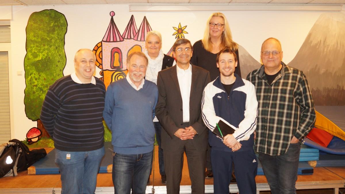 (v. Links N. Rechts): Wolfgang Linsmayer (Schriftführer/Medienwart), Karl-Heinz Maiwald (Mitgliederverwaltung), Jörg Hartmann (Vorsitzender), Patrick Jansen (Pressewart), Jörg Ellersiek (Sportwart). Hinten (v. Li.): Sylvia Zoch (2. Vorsitzende/Übungsleiterwartin), Andrea Ziemeck (Geschäftsführerin), (Foto: TB Hassels/Sylvia Zoch)