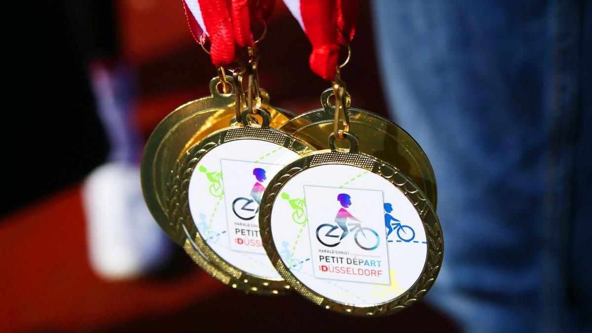 Alle Teilnehmenden Kinder Erhalten Beim Petit Départ Eine Medaille (Foto: Landeshauptstadt Düsseldorf/Ingo Lammert)