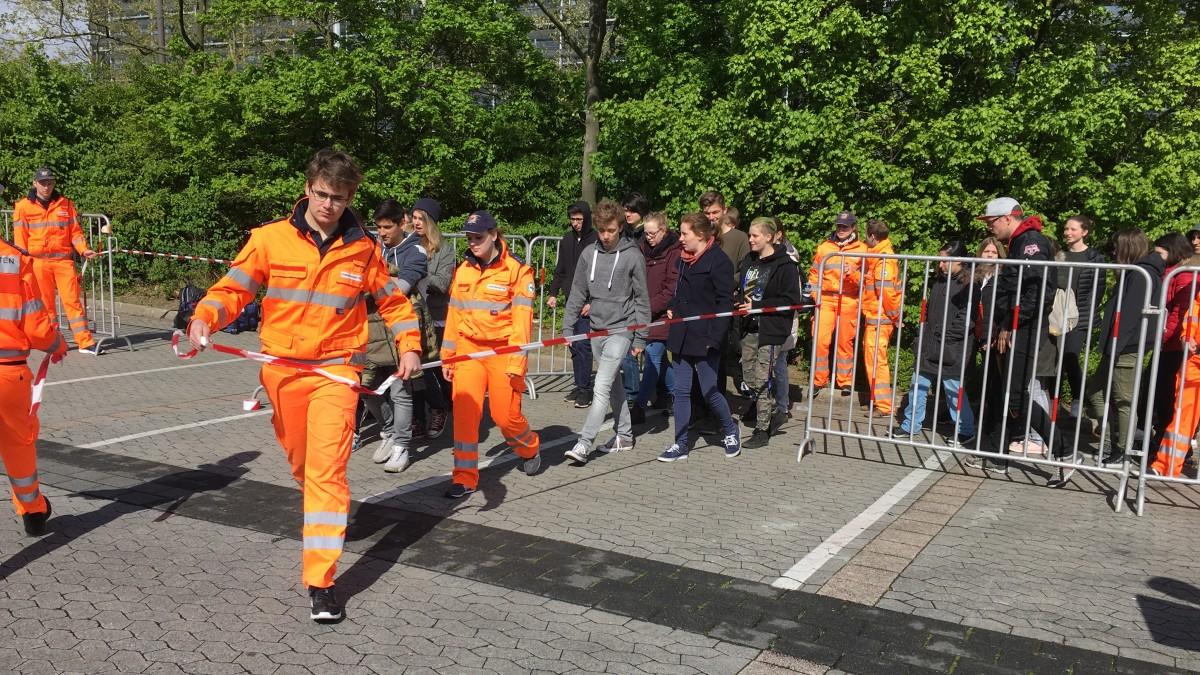 Die Verkehrskadetten Bei Den Testsimulationen Der Ebenerdigen Fußgängerüberwege (Foto: Landeshauptstadt Düsseldorf)