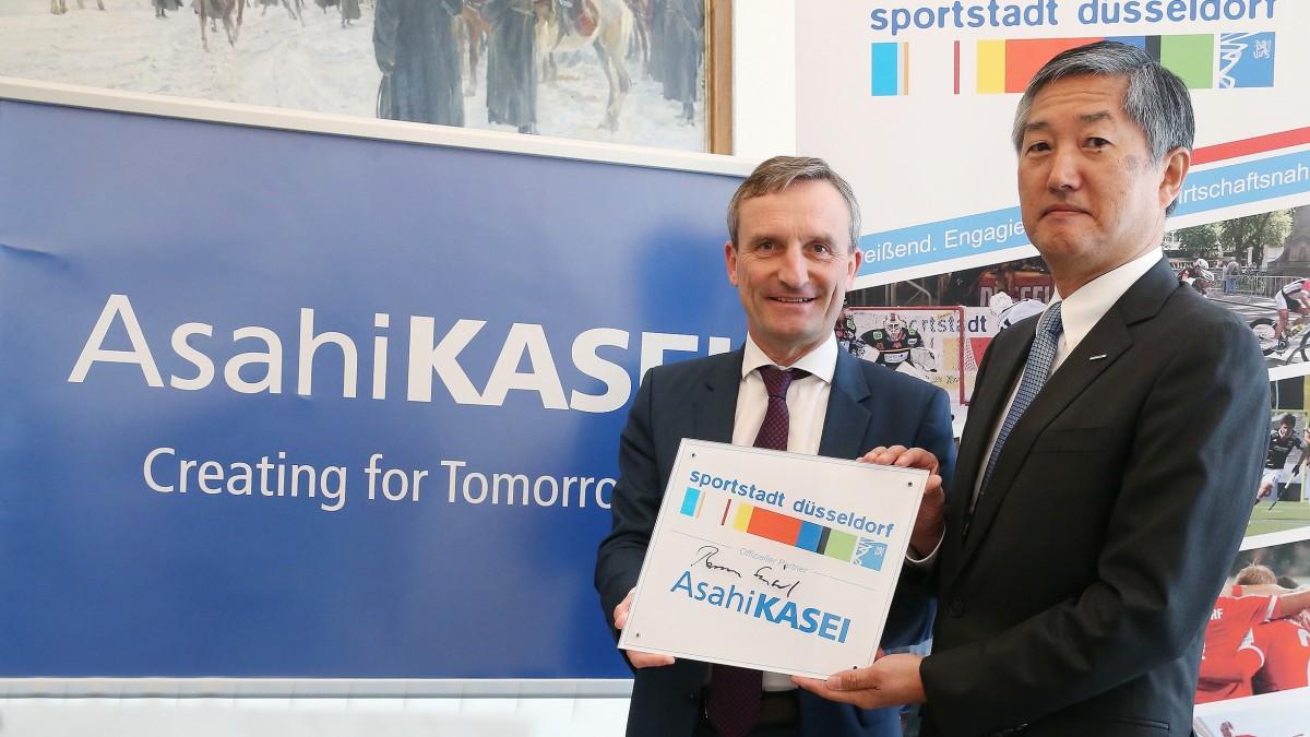V.l.: Oberbürgermeister Thomas Geisel Mit Hideki Tsutsumi, Managing Director Der Asahi Kasei Europe GmbH (Foto: David Young