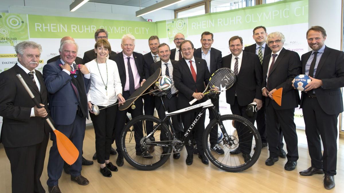 Ministerpräsident Armin Laschet Und Michael Mronz Mit Den Stadtoberhäuptern, Darunter Düsseldorfs Oberbürgermeister Thomas Geisel (5.v.l.) (Foto: Land NRW / R. Sondermann)