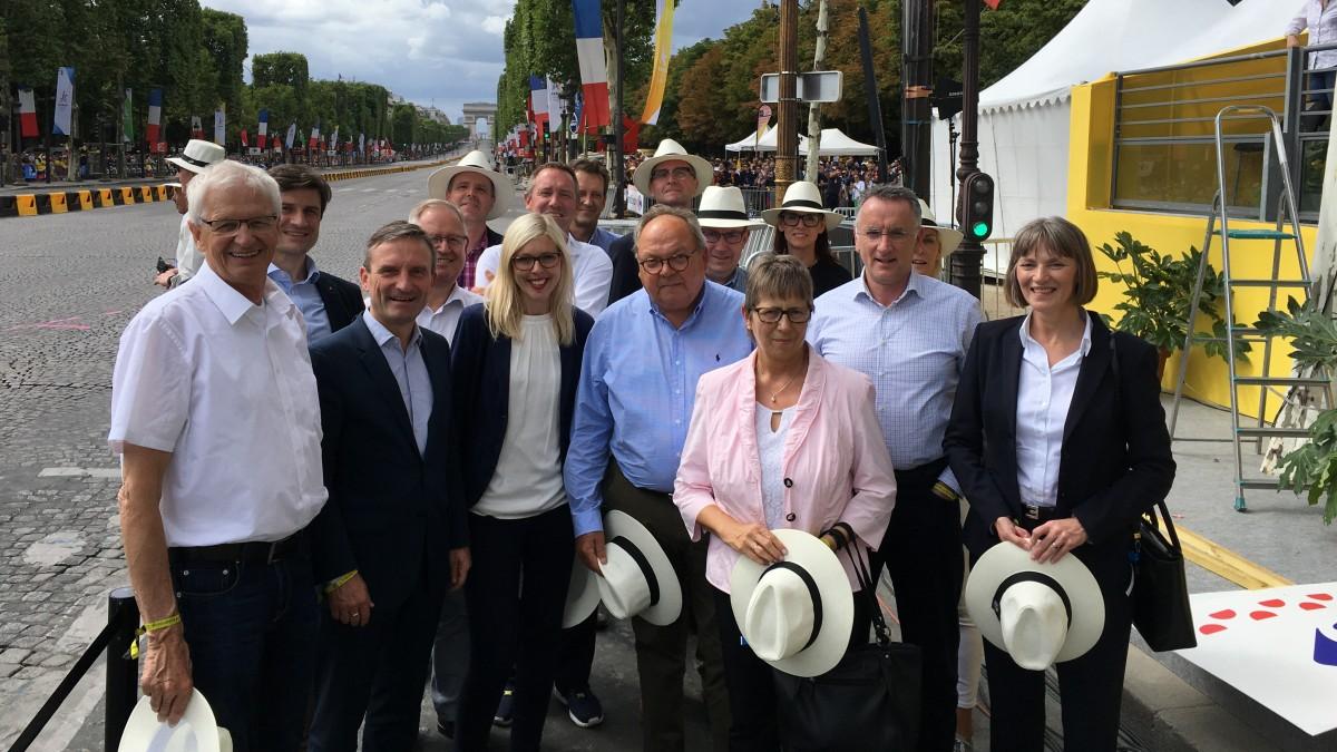 Die Düsseldorfer Delegation Mit OB Thomas Geisel Beim Abschluss Der Tour De France 2017 In Paris (Foto: Stadt Düsseldorf)