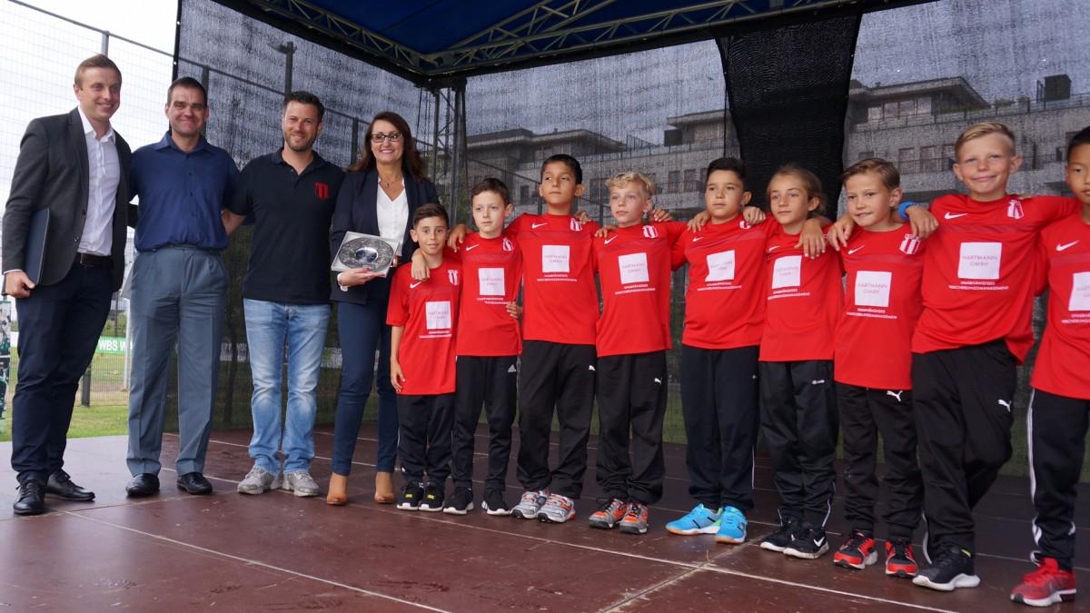 Die U10-Mannschaft Mit Der Vize-Stadtpräsidentin Frau Renata Kasnowska.