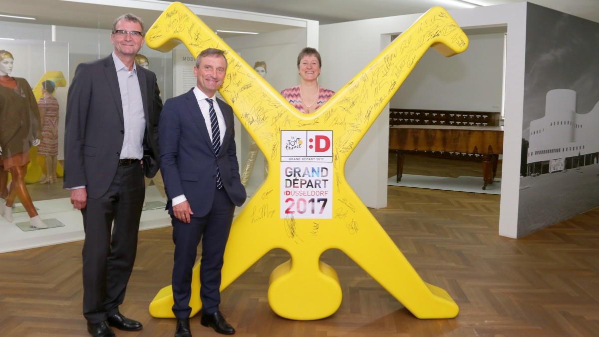 OB übergibt Grand-Départ-Radschläger An Das Stadtmuseum Düsseldorf