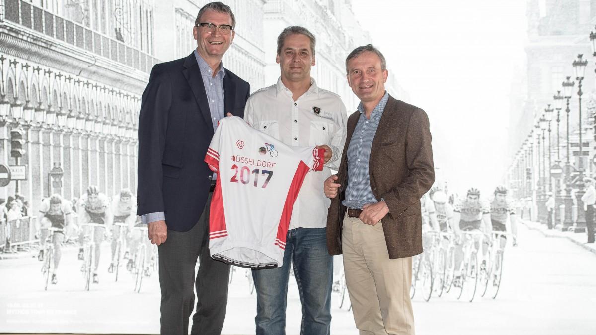 V.l.n.r.: Frank Schrader, Geschäftsführer Düsseldorf Marketing Und Düsseldorf Tourismus, Volunteer Jens Meier Und Oberbürgermeister Thomas Geisel (Foto: Landeshauptstadt Düsseldorf/Uwe Schaffmeister)