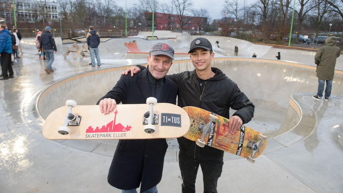 Richtfest Des Skateparks Eller: Oberbürgermeister Thomas Geisel Und Der Niederrheinmeister Im Skate Bowl Lennard Janssen (Foto: Stadt Düssseldorf/Uwe Schaffmeister)
