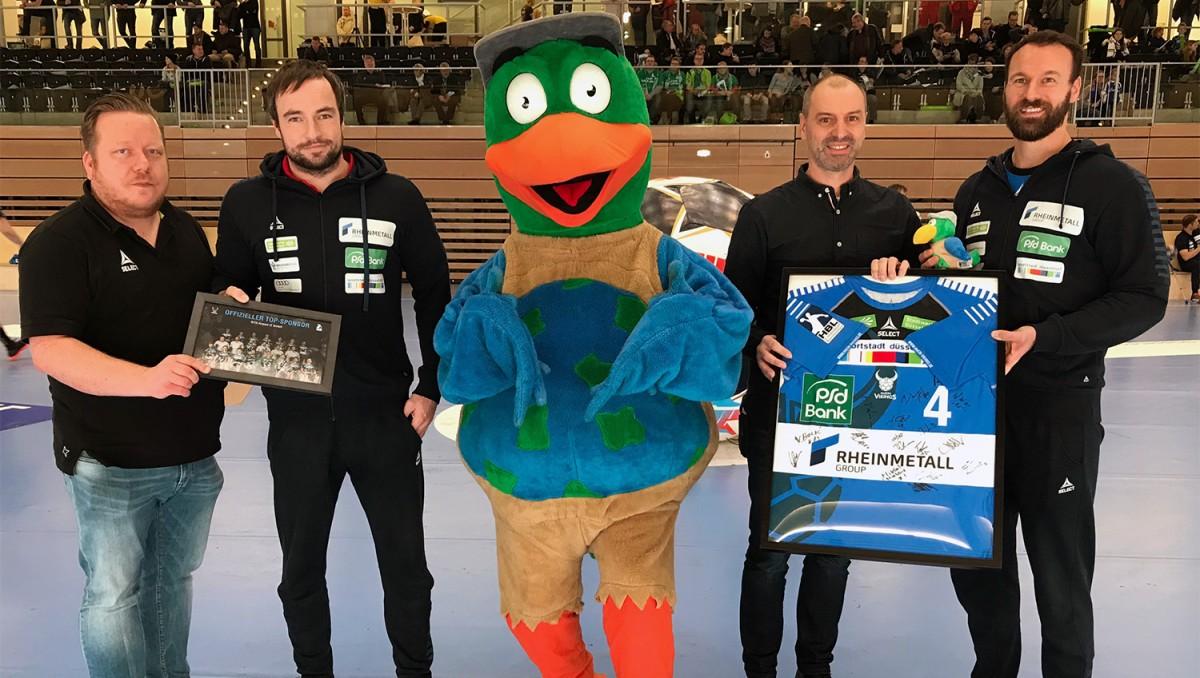 (von Links): René Witte (Geschäftsführer Sport & Marketing HC Rhein Vikings), Ceven Klatt (Trainer HC Rhein Vikings), Paul PARKVOGEL, Joachim Brandt (Head Of Sales & Marketing SITA Airport IT), Daniel Pankofer (Spieler HC Rhein Vikings) (Foto: Rhein Vikings)