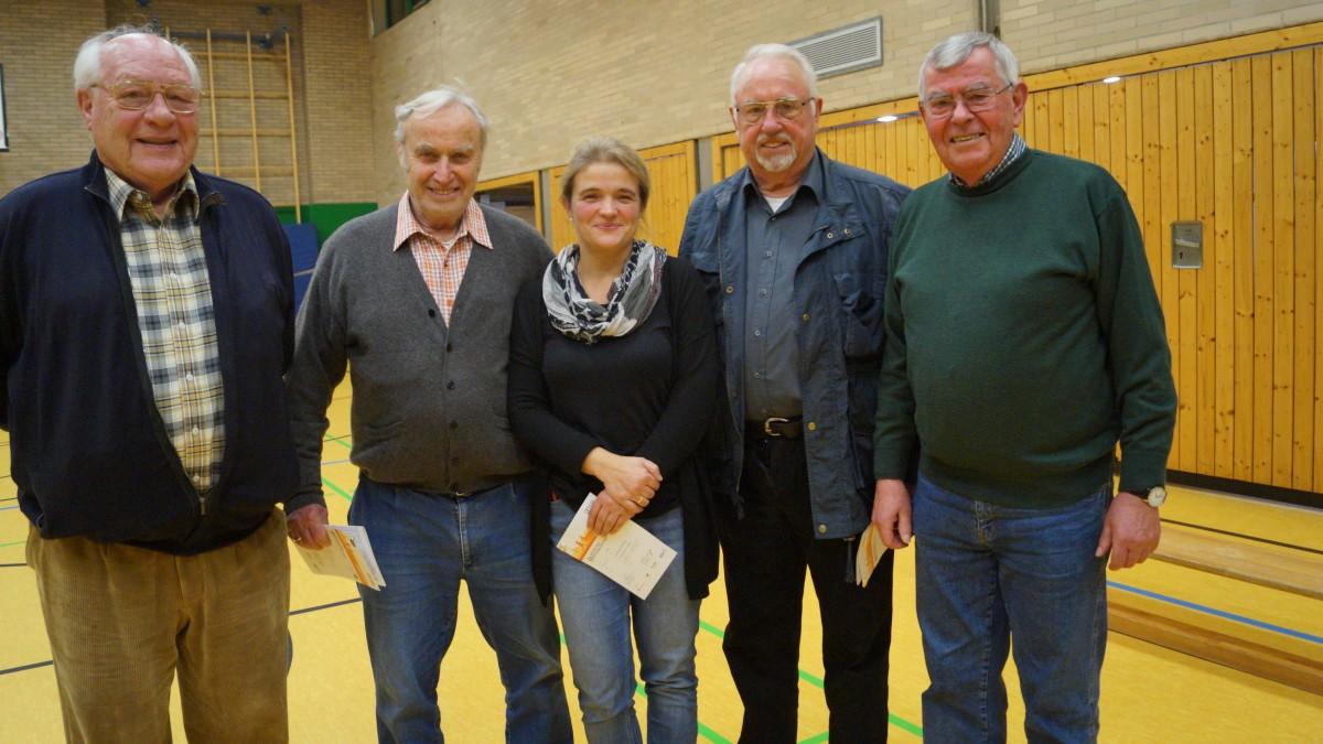 V.l.n.r.: Werner Wiegel, 83 Jahre (23. Sportabzeichen), Ist TBH Mitglied, Otto Enneper, 79 Jahre (58. Sportabzeichen), Uta Poliwoda (Prüferin Vom TBH) Friedrich Langhoff, 81 Jahre (34. Sportabzeichen), Jürgen Saeger, 81 Jahre (30. Sportabzeichen).