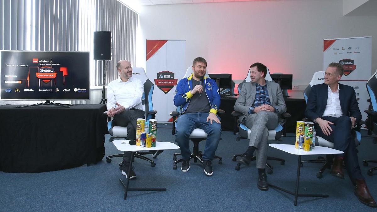 Michael Brill, Kevin Westphal (Manager EURONICS Gaming), Stadtdirektor Burkhard Hintzsche, Jan Pommer (Foto: Anke Hesse Fotografie & Fotomarketing)