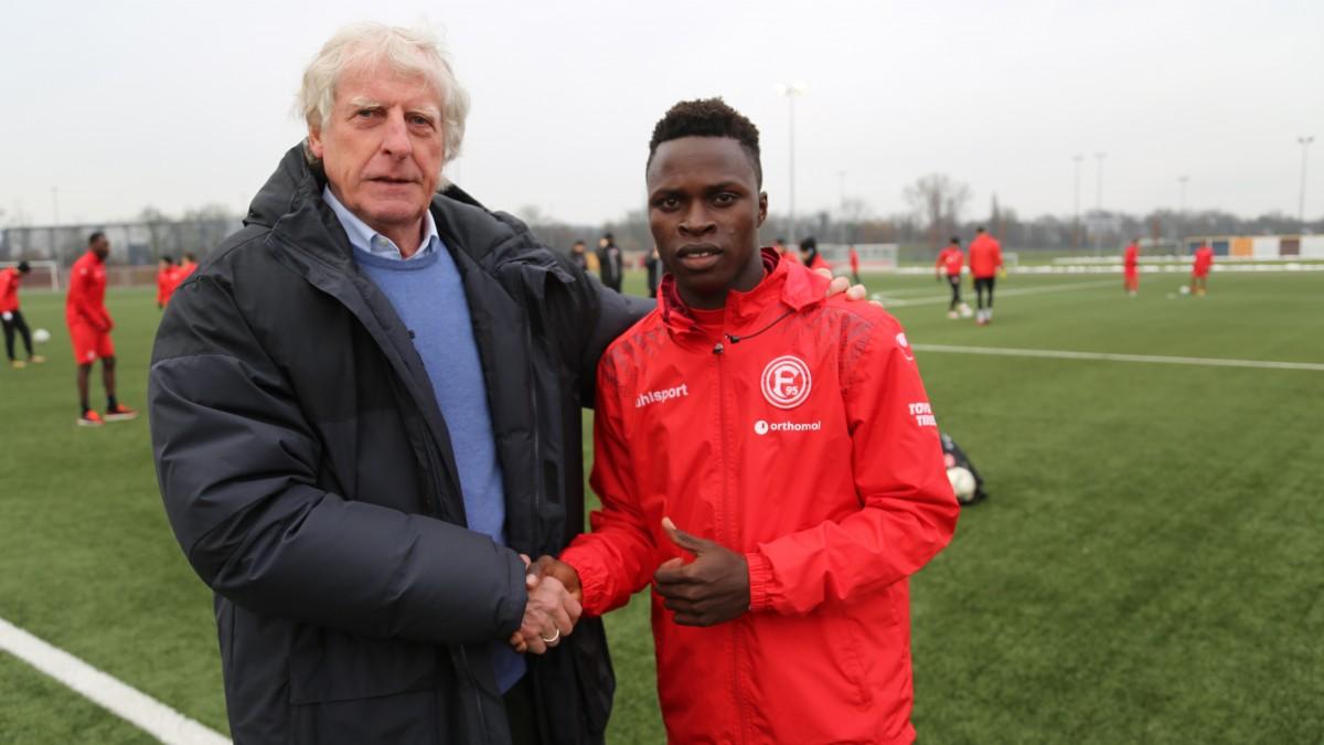 Sportvorstand Erich Rutemöller Begrüßt Jean Ndecky Vor Seinem Ersten Training Bei Fortunas U23 (Foto: F95)
