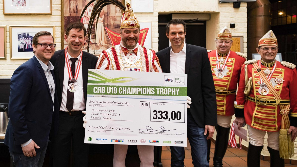 (v.l.) Piet Keusen, Stadtdirektor Burkhard Hintzsche, Prinz Carsten II. Und Martin Meyer Bei Der Scheckübergabe (Foto: Moritz Müller, CRB U19 Champions Trophy)