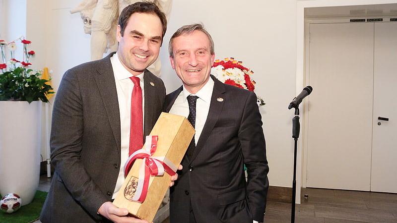 OB Geisel überreichte Dem Vorstandsvorsitzenden Der Fortuna Robert Schäfer Ein Präsent Anlässlich Dessen Geburtstages (Foto: Landeshauptstadt Düsseldorf/Ingo Lammert)