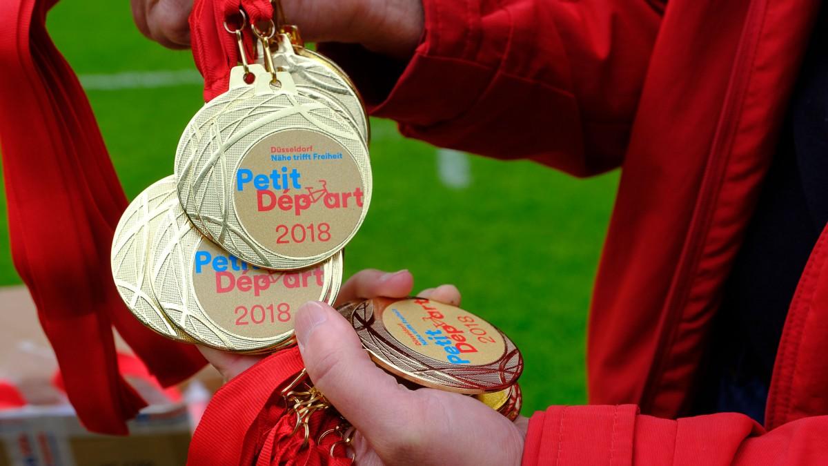 Lle Teilnehmenden Kinder Erhalten Beim Petit Départ Medaillen (Foto: Landeshauptstadt Düsseldorf/Uwe Schaffmeister)