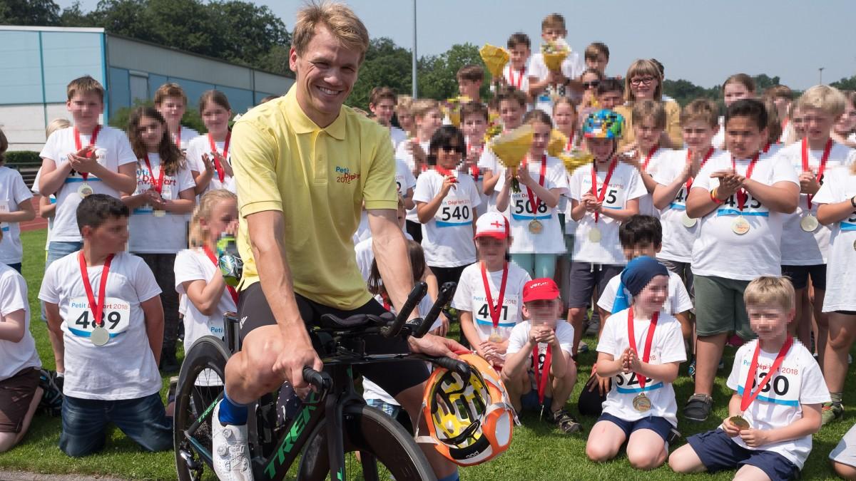 Siegerehrung Beim Kinderradwettbewerb Petit Départ In Holthausen. Mit Dabei Auch Ex-Radprofi Ruben Zepuntke (Foto: Landeshauptstadt Düsseldorf/Uwe Schaffmeister)