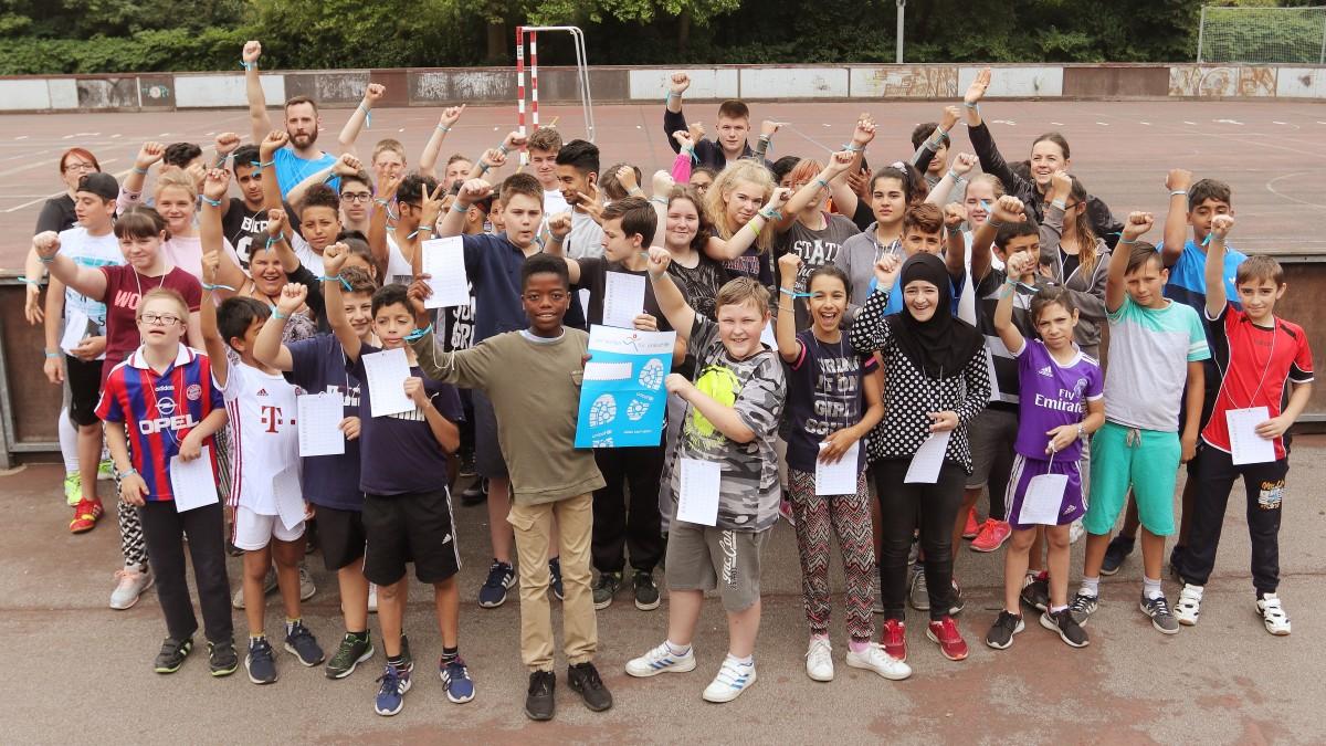"""""""Kids United"""" - Hauptschule Bernburger Straße Läuft Für UNICEF - Sponsorenaktion Und Ausstellung: Gruppenfoto Nach Dem Lauf (Foto: Landeshauptstadt Düsseldorf/David Young)"""