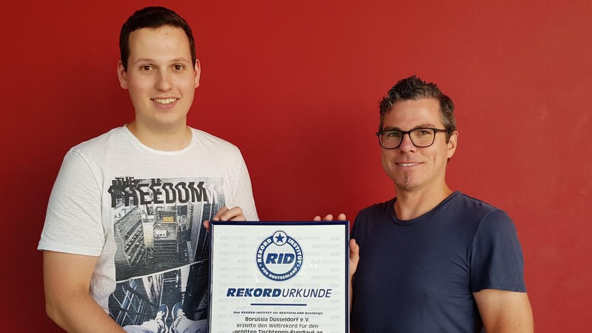 Projektleiter Lukas Ziemann (l.) Und Pressesprecher Alexander Schilling Mit RID-Urkunde (Foto:Borussia Düsseldorf)