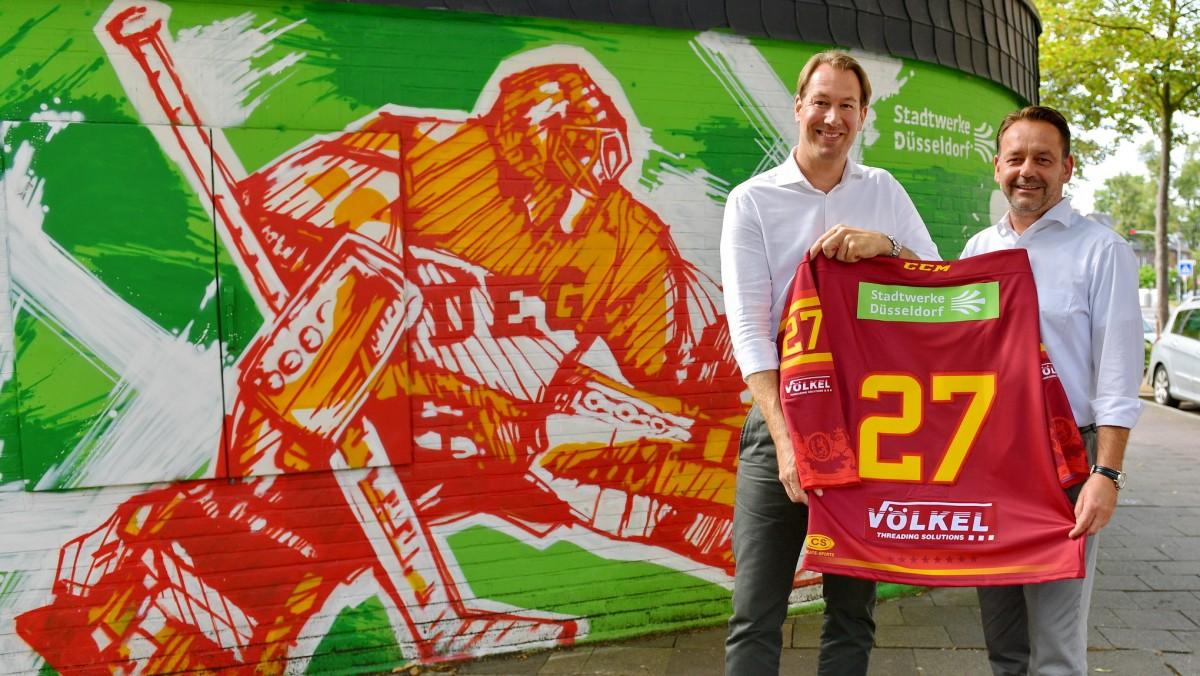 Stefan Adam, Geschäftsführer DEG Eishockey GmbH (links) Und Knut Dahlmanns, Leiter Marketing Stadtwerke Düsseldorf (Foto: DEG/Birgit Häfner)