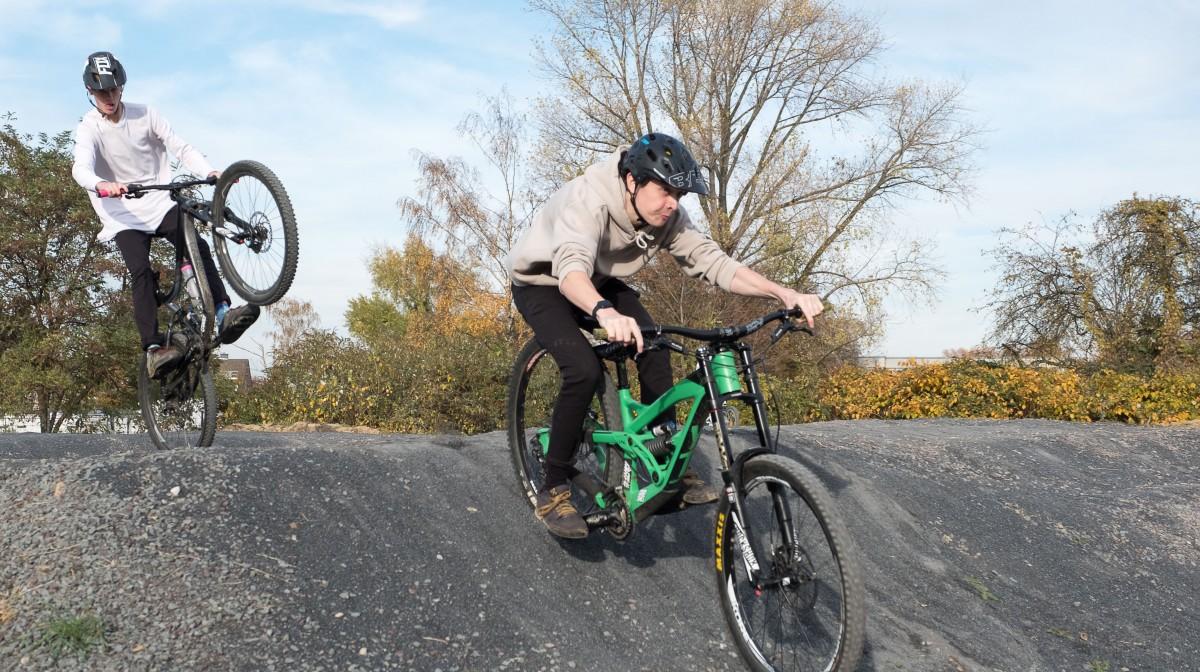 Eröffnung Des Dirtparks In Mörsenbroich - Und Sofort Gingen Die Mountainbiker Auf Die Strecke (Foto: Landeshauptstadt Düsseldorf/Uwe Schaffmeister)