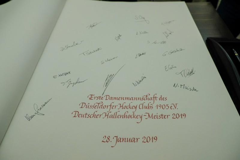 Eintrag des DHC-Teams ins Goldene Buch der Stadt (Foto: Landeshauptstadt Düsseldorf/Michael Gstettenbauer)