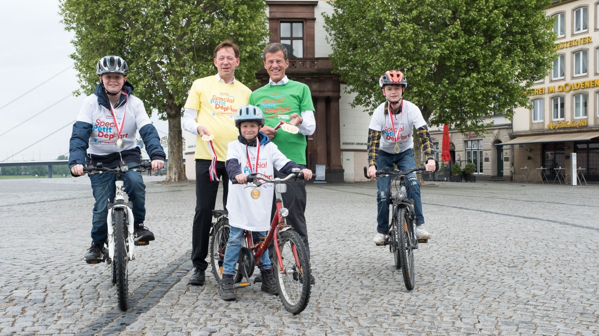 Stadtdirektor Burkhard Hintzsche Und Eckhard Forst Von Der NRW.BANK (grünes Hemd) Gaben Infos Rund Um Den Special Petit Départ (Foto: Landeshauptstadt Düsseldorf/Uwe Schaffmeister)