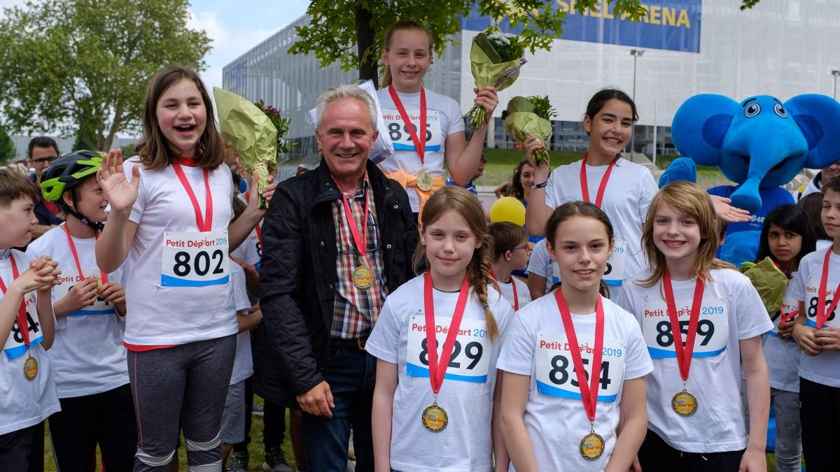 Siegerehrung Mit Dem Vorsitzenden Des Sportausschusses, Burkhard Albes (Foto: Landeshauptstadt Düsseldorf/Uwe Schaffmeister)