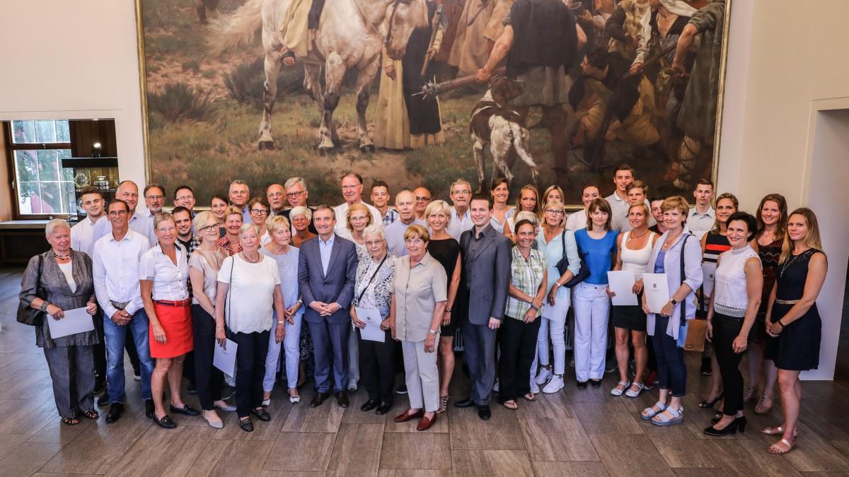 OB Thomas Geisel Und Peter Schwabe, Präsident Des Stadtsportbundes, Im Kreis Der Geehrten (Foto: Landeshauptstadt Düsseldorf/Melanie Zanin)