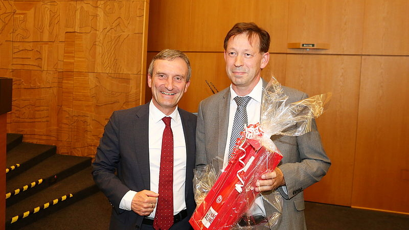 Oberbürgermeister Thomas Geisel Gratulierte Stadtdirektor Burkhard Hintzsche Zur Wiederwahl Als Beigeordneter (Foto: Landeshauptstadt Düsseldorf/Ingo Lammert)