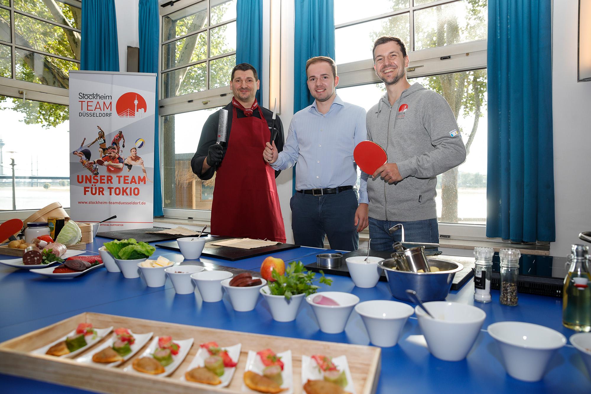 """Koch Stephan, Gewinner Tim und Timo Boll beim gemeinsamen Zubereiten von """"Rheinischem Sushi"""" (Foto: Kenny Beele)"""
