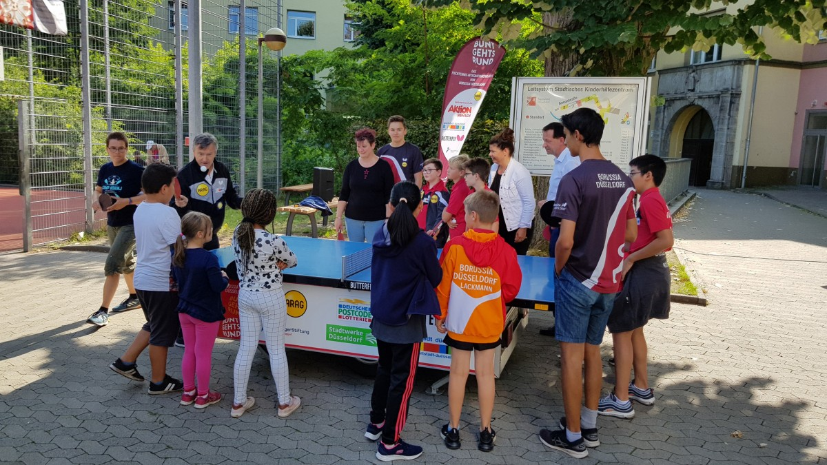 Rundlauf Am Tischtennis-Mobil Mit Burkhard Hintzsche (3.v.r.) (Foto: Borussia Düsseldorf)