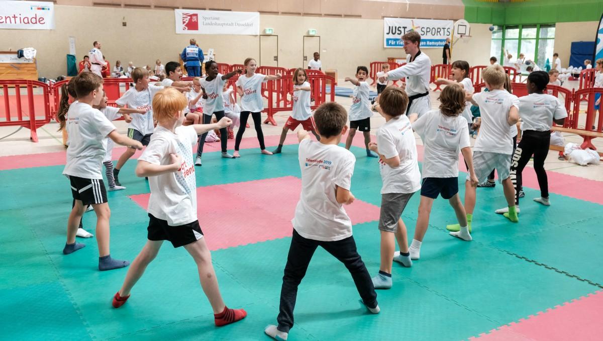 Voller Einsatz Bei Den Sportübungen (Foto: Landeshauptstadt Düsseldorf/Michael Gstettenbauer)