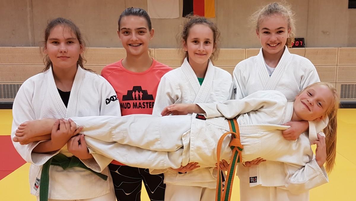 So Sehen Sieger Aus: (stehend V.li.) Polina Reyngold, Zoe Stockhausen, Angelika-Nina Schmidt, Janne Päfgen Sowie (liegend) Katharina Kaiser.