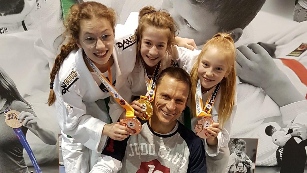 Erfolgstrio Mit Trainer: (v.li.) Nina Güth, Frida Reisz Und Katharina Kaiser Mit Judo-Trainer Jens Kaiser (vorne) (Foto: JC71)