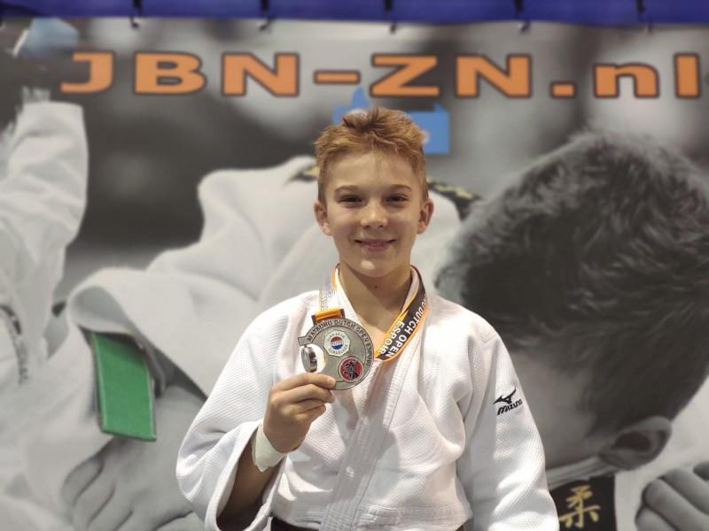 Joris Kaiser freut sich über seine Silbermedaille für Platz zwei (Foto: JC71)