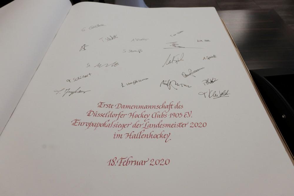 Das siegreiche Team von Trainer Nico Sussenburger trug sich im Jan-Wellem-Saal des Rathauses in das goldene Buch der Landeshauptstadt ein (Foto: Landeshauptstadt Düsseldorf/Gstettenbauer)